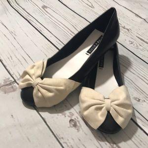 Alice + Olivia black cream flat shoes wBow sz 39.5